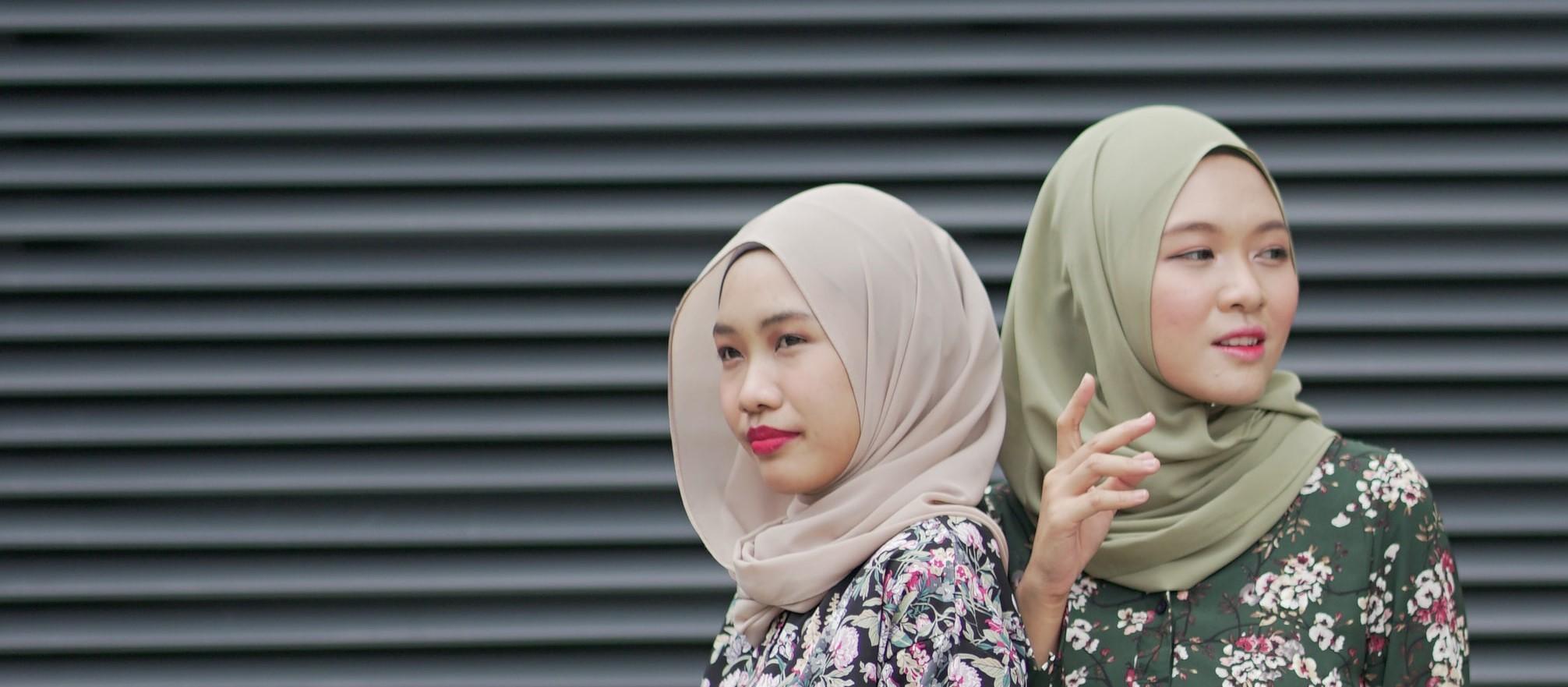 Asia Women rail curtain Green grey 2
